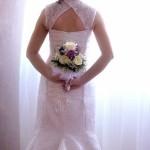 Senzualne mlade u venčanici sa otvorenim leđima